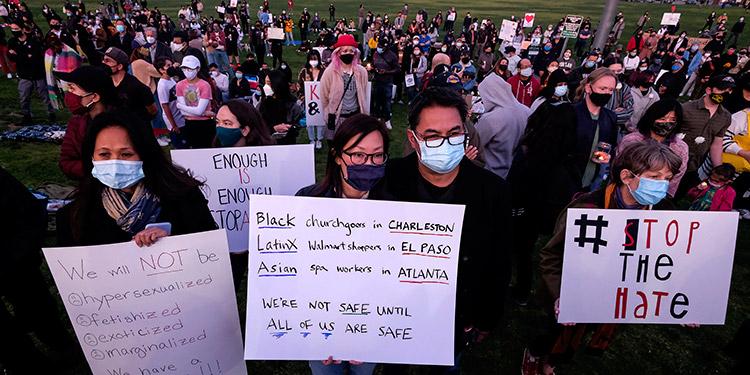 Miles de estadounidenses se manifestaron el domingo en varias ciudades para denunciar el racismo contra los asiáticos. (LASSERFOTO  AFP)