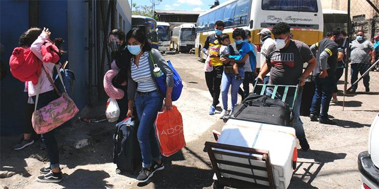 Inicia la movilización de veraneantes en las terminales de buses interurbano en la capital.
