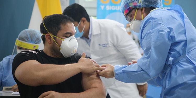 El éxito de esta primera jornada, apuntaron las autoridades, se debió a que hubo una supervisión estricta del personal a vacunar.