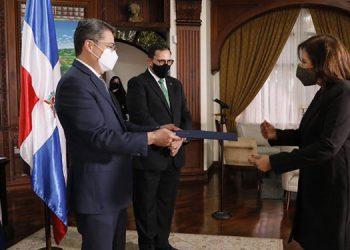 Sandra Sánchez, cuando presentaba sus Cartas Credenciales al Presidente Hernández.