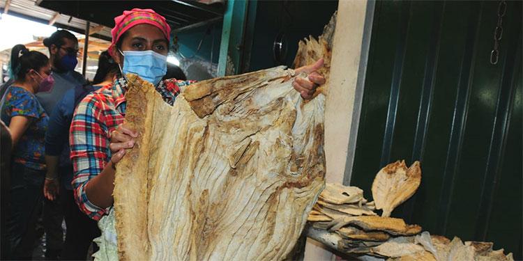En los mercados capitalinos el tradicional pescado seco para la sopa de la Semana Santa.