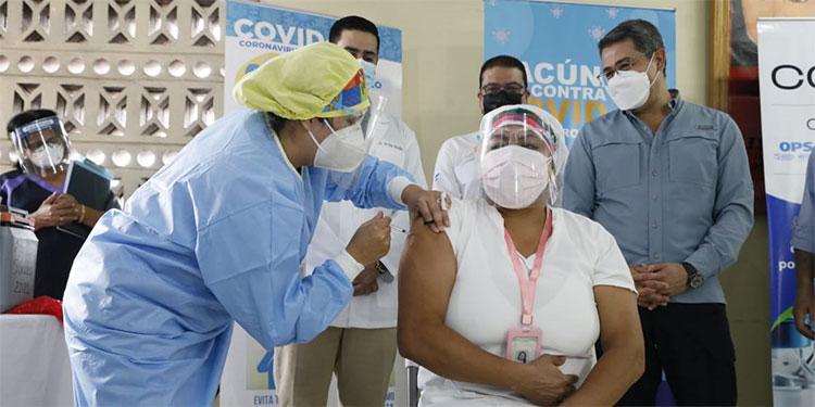 La auxiliar de enfermería, Martha Ponce, fue la primera en ser vacunada al iniciar la segunda campaña de vacunación anticovid.