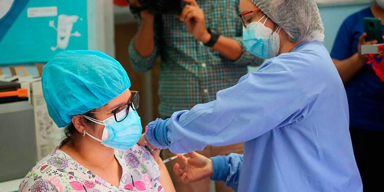 La Secretaría de Salud actualmente aplica 48,000 dosis de la vacuna AstraZeneca al personal de salud.