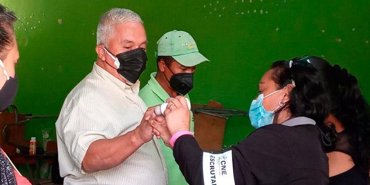 """Temprano en la mañana, el señor Javier Montoya llegó a ejercer el sufragio en el CEB """"Ernestina Flores"""", del barrio Suyapita."""