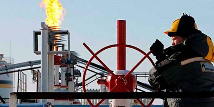 Los contratos de gasolina con vencimiento en abril se mantuvieron 2.10 dólares el galón.