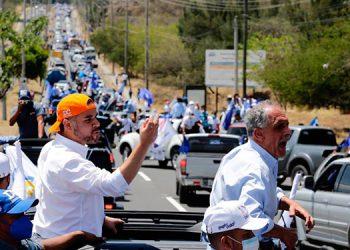"""Junto a David Chávez, aspirante a la alcaldía capitalina, el precandidato Nasry """"Tito"""" Asfura"""" arengó a sus seguidores durante la caravana vehicular."""