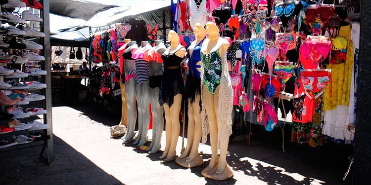 Los coloridos trajes de baño se encuentran a precios accesibles para niños y adultos.
