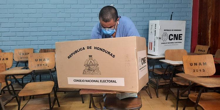 El doctor Carlos Umaña votó en horas de la mañana en San Pedro Sula.