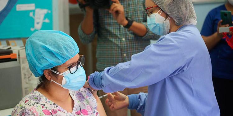 El personal de salud del Hospital de El Progreso ya se encuentra inmunizado en un 100 por ciento contra la COVID-19.