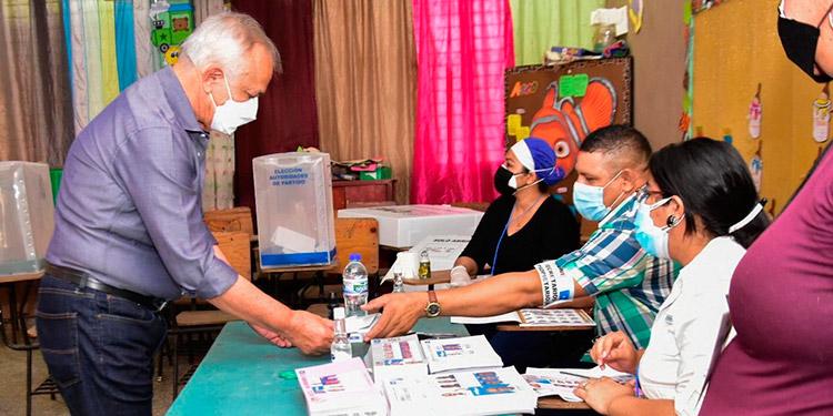 El precandidato Mauricio Oliva ejerció el sufragio desde tempranas horas en la Escuela Mauricio Arias Williams de Choluteca.