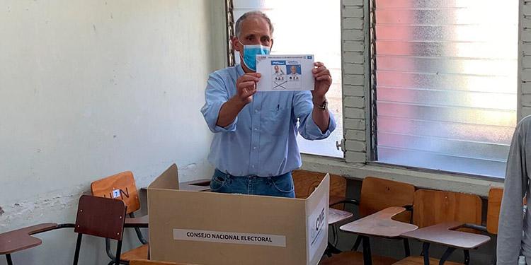 """Nasry """"Tito"""" Asfura votó en la Universidad Pedagógica Nacional (UPN), en Tegucigalpa, junto a su familia."""