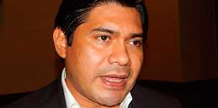 Wilfredo Méndez, precandidato presidencial por Libre, llegó con su familia a ejercer el sufragio en la escuela de la colonia La Joya.