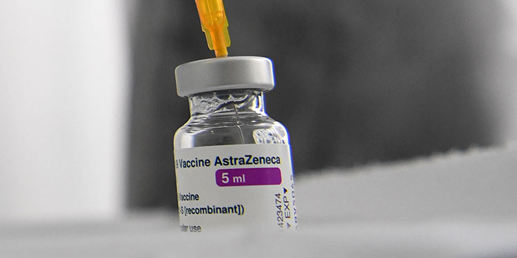 Italia suspende la vacunación con AstraZeneca