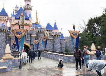 California aprueba reabrir parques de pelota y Disneylandia
