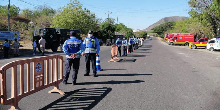 Miembros de instituciones de seguridad, socorro y transporte permanecen en los diferentes puntos de control.