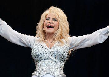 """Dolly Parton se vacuna contra la covid-19 y adapta """"Jolene"""" para la ocasión"""