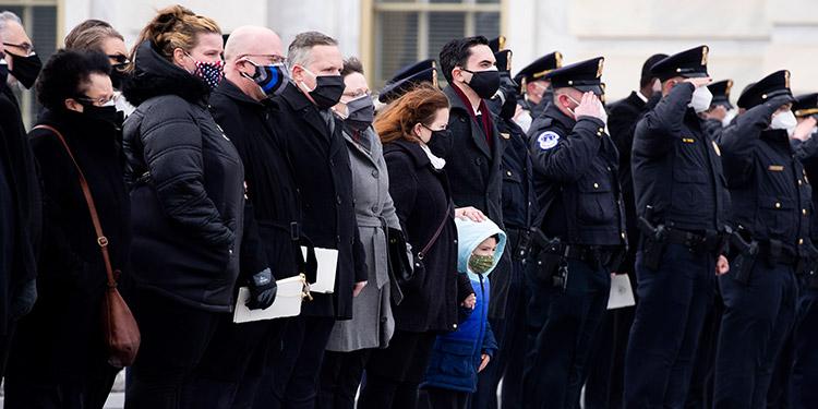Al menos dos detenidos por la muerte de un agente en el asalto al Capitolio