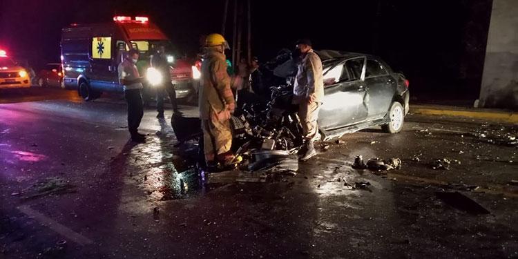 El vehículo quedó destruido del fuerte impacto contra la base de concreto del puente peatonal.