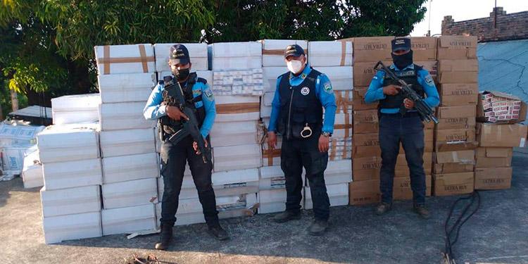 Las cajas de cigarros decomisadas fueron llevadas ante las autoridades de la Procuraduría General de la República (PGR).