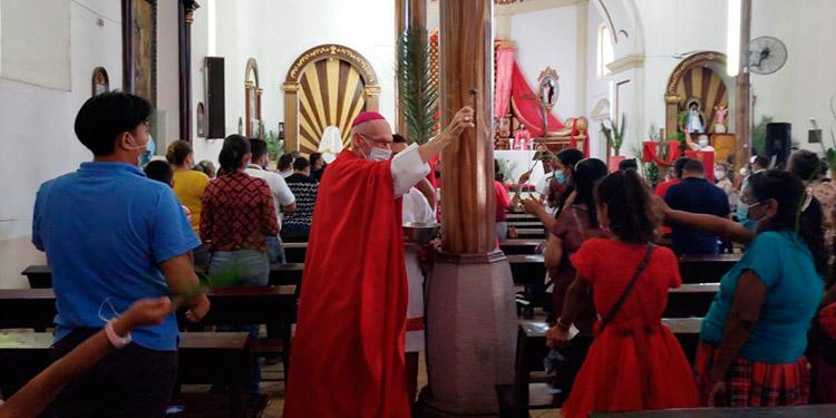La máxima autoridad eclesiástica de la zona sur durante la bendición de ramos de olivo durante el Domingo de Ramos, inicio de la semana mayor.