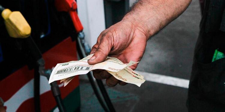 Leves disminuciones en los precios de los carburantes esperan a los vacacionistas en Semana Santa.