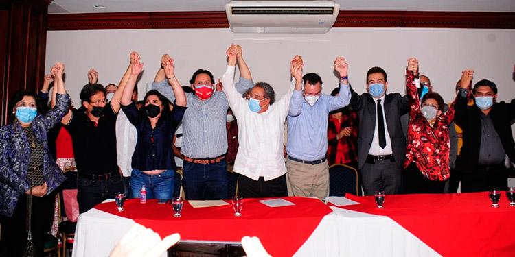 Los candidatos perdedores del Partido Liberal y de Libre, levantan la mano con Salvador Nasralla.