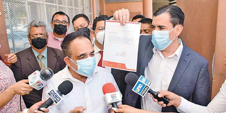 son Licona y su abogado Julio Laínez, al salir del MP, después de interponer la denuncia.