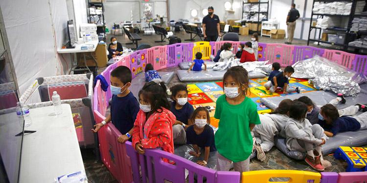 Muchos menores de edad permanecen detenidos en la frontera en albergues temporales.