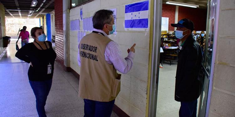 Los observadores internacionales se desplazaron a las urnas donde tomaron nota de las incidencias de la jornada electoral.