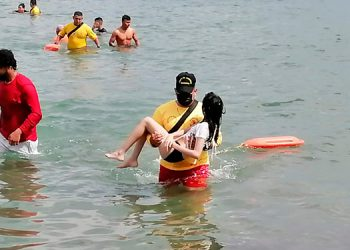 Bomberos realizan el rescate acuático de un joven y una niña en Tela