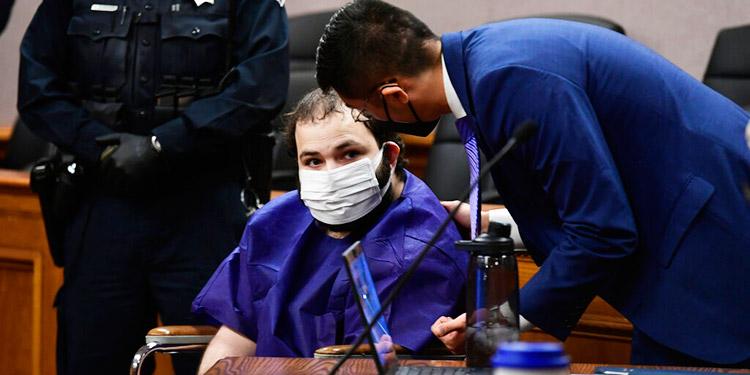 Ahmad Al Aliwi Alissa, al centro, comparece ante el juez Thomas Mulvahill, en el juzgado de Boulder, Colorado. (Foto: AP)