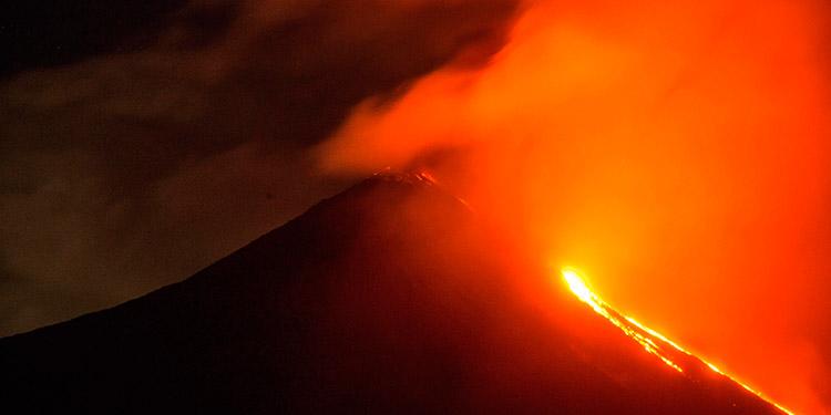 El volcán Pacaya sigue con fuertes explosiones y dos flujos de lava en Guatemala