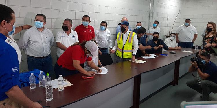 Gobierno y transportistas firmaron un acuerdo que asciende a más de 480 millones de lempiras en descuento de combustible y tasa vehicular