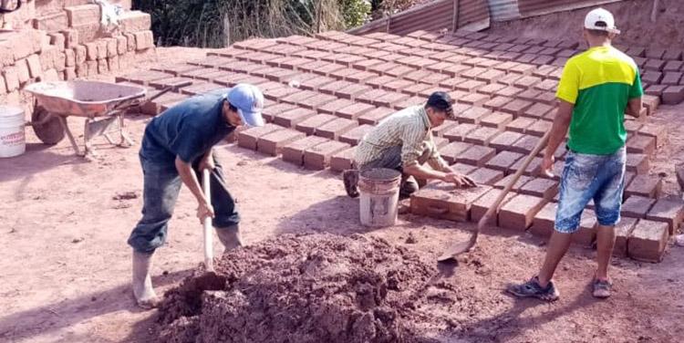 La mejor tierra para elaborar adobes tiene característica de arcilla, tipo barro, de color rojiza y marrón.