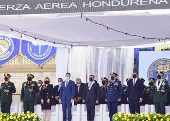 A la ceremonia asistieron autoridades militares, legislativas y del Ejecutivo, encabezadas por el Presidente, Juan Orlando Hernández, comandante de las Fuerzas Armadas.
