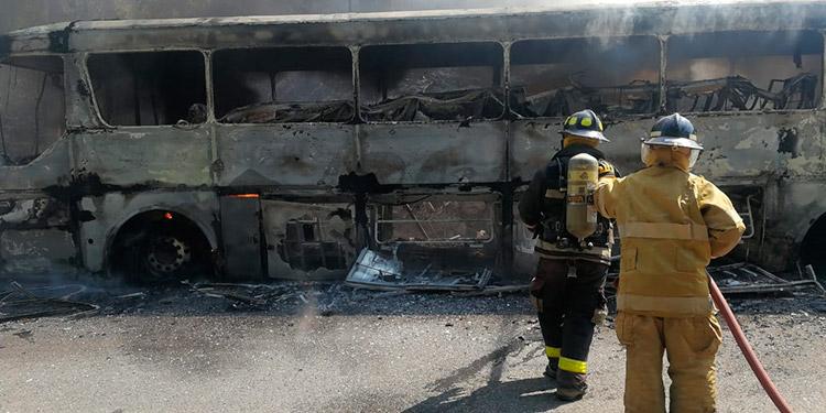 El reporte de los bomberos establece que la unidad de transporte se quemó en su totalidad y quedó inservible.