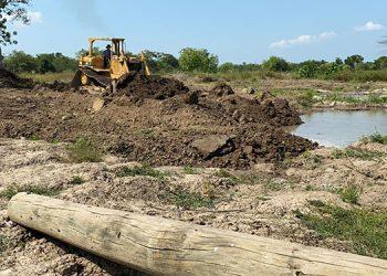 Desde ayer inició la reparación de los bordos del canal de alivio Chotepe, que son barreras de seguridad del aeropuerto Ramón Villeda Morales.