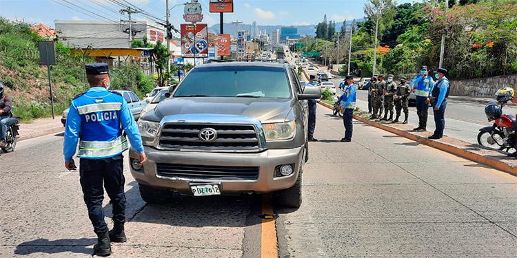 Agentes de la Policía Nacional hacen las investigaciones sobre el automóvil y los motivos para que haya sido abandonado en pleno bulevar Centroamérica.