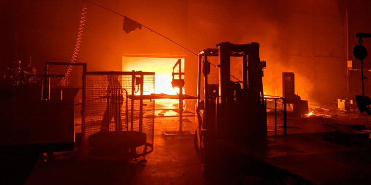 """En el siniestro solo se reportaron pérdidas materiales al interior de la factoría, ubicada en el sector conocido como """"El Polvorín"""", en el bulevar del Este de San Pedro Sula, Cortés."""