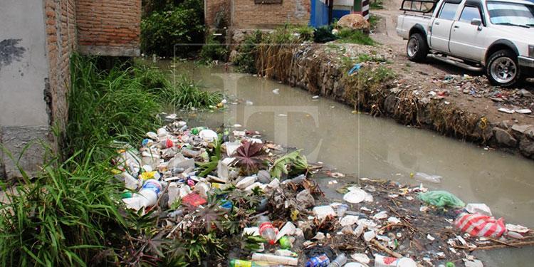 Los pésimos hábitos de algunas personas que arrojan la basura en las calles ocasionan la obstrucción de alcantarillas y quebradas.