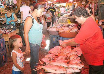 El aumento al precio de la carne de pollo y pescado, más la escasez de la de cerdo y res está afectando a los comerciantes.