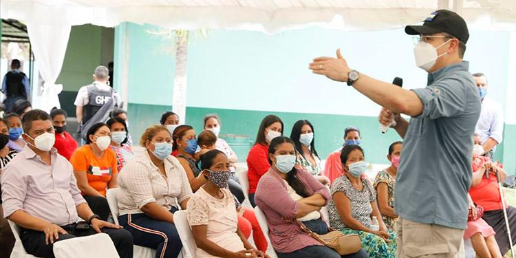 El Presidente Juan Orlando Hernández instó a las mujeres campesinas a perseverar en sus actividades agrícolas y así tener un futuro mejor.