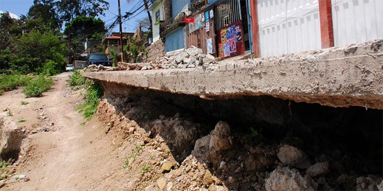 En El Reparto por Arriba, los residentes de estas casas pasan en zozobra, ya que los cimientos fueron labrados por las lluvias, años atrás, y ahora podrían colapsar.