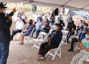 """El Presidente Hernández les dijo a los pobladores de la colonia Mary Flake de Flores que busca apoyar """"a la micro y pequeña empresa con capital semilla y financiamientos accesibles""""."""