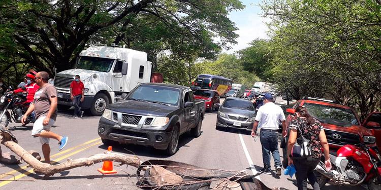 Esta es fue la primera de una serie de protestas que los pobladores de la Costa de los Amates pretenden hasta que el gobierno les resuelva la construcción de la borda.
