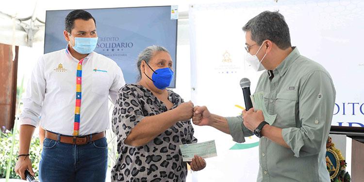 """""""Lo recordaremos siempre por apoyar al pobre"""", le dijo la emprendedora Hilda Marina Rivera, al Presidente Juan Orlando Hernández."""