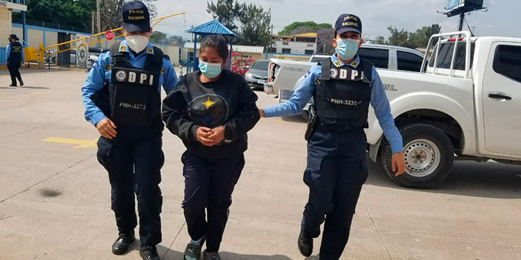 La sospechosa y el menor de edad fueron remitidos a la fiscalía donde se siguen diligencias por el asesinato de Yasmín Sarahí Zelaya Maradiaga.