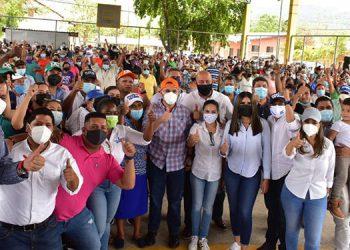 Chávez aprovechó el momento para entregar un reconocimiento a la presidenta del Patronato de Támara, Emilia Barrientos.