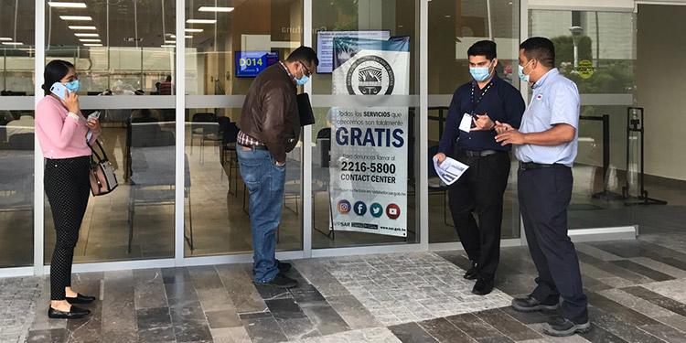 """El costo de las vacunas anticovid que importen las empresas, a través del Consejo Hondureño de la Empresa Privada (Cohep) para inmunizar a sus trabajadores, podrá ser deducido del Impuesto sobre la Renta (ISR).  Así lo expusieron el miércoles representantes del sector privado, después que la semana anterior, la cúpula empresarial y funcionarios de varias instituciones privadas suscribieron un convenio que le permite al Cohep comprar directamente a los laboratorios más de un millón de vacunas.   Las vacunas serán gratis para los trabajadores, pero el costo podrá cargarse al ISR, manifestó el directivo de la Cámara de Comercio e Industrias de Tegucigalpa (CCIT), Daniel Fortín.  """"Esto es un gasto para las empresas que es deducible del Impuesto sobre la Renta definitivamente, porque esto es un apoyo… y es un gasto que el Ministerio de Salud o el gobierno no van a tener"""", argumentó Fortín.  El proceso de compra bajo este convenio que cuenta con el aval y seguimiento de la Secretaría de Salud, la Agencia de Regulación Sanitaria y el Seguro Social, se encuentra en la primera fase, comentó el gerente de Asesoría Legal del Cohep, Gustavo Solórzano.  """"Esperamos en los próximos días tener buenas noticias en cuanto a posible marca, plan de entrega y el precio de la vacuna que se estaría adquiriendo"""". En relación al costo que incurran las empresas explicó que """"los valores que se enteren van a ser enterados a una cuenta especial"""" del Cohep.  Seguidamente """"muchos de estos valores van a ser consignados en concepto de donación, bajo esa figura de donación pues las empresas podrían hacer la deducción correspondiente del Impuesto sobre la Renta"""" como gasto deducible.  Asimismo, que no será necesario hacer un convenio con la administración tributaria, ya que esta figura es parte de la Ley del ISR. Solórzano reiteró que las vacunas serán gratis para los trabajadores y sus familiares, ya que el costo deberá ser asumido por las empresas que entren en este proyecto y que hasta ayer había m"""