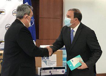 Dante Mossi del BCIE también entregó al presidente del Cohep, Juan Carlos Sikaffy, equipo de bioseguridad.